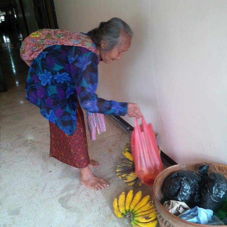 Tak Perlu Ngeluh, Belajarlah dari Nenek Ini 3