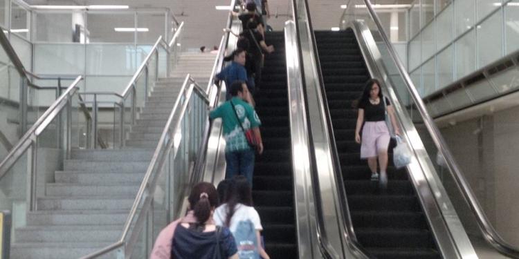 Suasana eskalator menuju satsiun MRT di Singapura. Foto: DeParenting.com