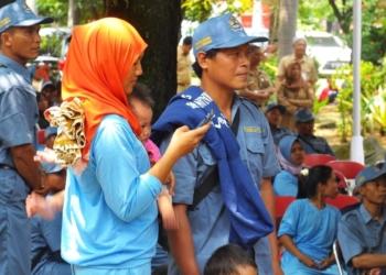 Salah satu keluarga yang akan mengikuti program transmigrasi di Disnaker Jateng. Foto: deparenting.com