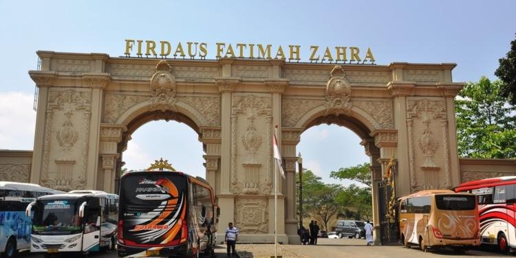Pintu gerbang lokasi manasik haji Firdaus Fatimah Zahra.