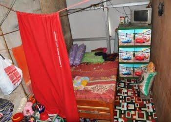 Salah satu kamar di rumah bedeng Tambak Rejo Semarang. Foto: DeParenting.com
