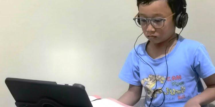 Ilustrasi. Seorang siswa belajar secara daring dari rumah. Foto: dok pribadi.