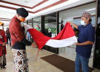 Mantan napiter Sri Puji Mulyo Siswanto yang pernah menyembunyikan teroris Noordin M Top, memberi bendera merah putih  yang ia jahit sendiri sebagai kado ulang tahun ke 52 kepada Gubernur Jateng Ganjar Pranowo di Grhadika Bhakti Praja Kantor Gubernuran, Rabu (28/10).