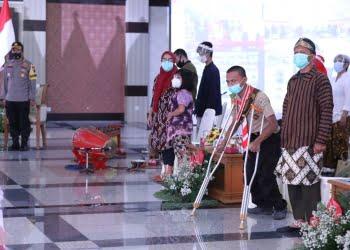 Sejumlah penyandang disabilitas mengikuti upacara hari Sumpah Pemuda di Gedung pemprov Jateng.